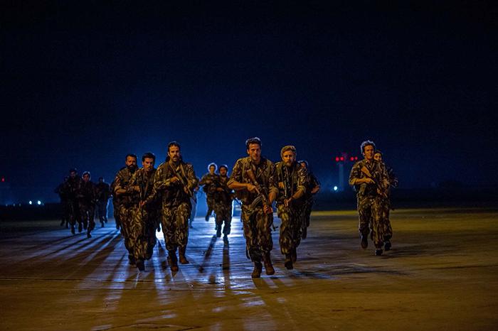 Photo tirée du film Otages à Entebbe sur laquelle on découvre les militaires israéliens en action lors du raid.