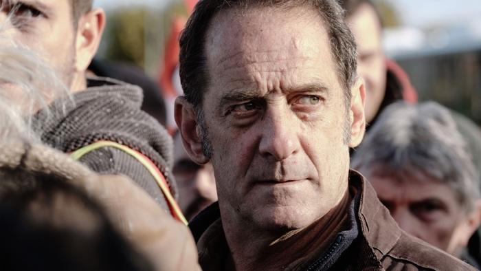 Photo tirée du film En Guerre sur laquelle on voit le visage de Vincent Lindon, que l'on devine au coeur d'un rassemblement.
