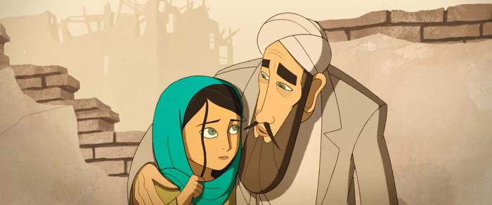Photo tirée du film d'animation Parvana, une enfance en Afghanistan sur laquelle le père de l'héroïne la prend affectueusement dans ses bras sur la place du marché.