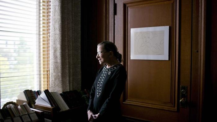 Photo de la juge siégeant à la Cour Suprême Ruth Bader Ginsburg, qui se trouve devant une fenêtre.