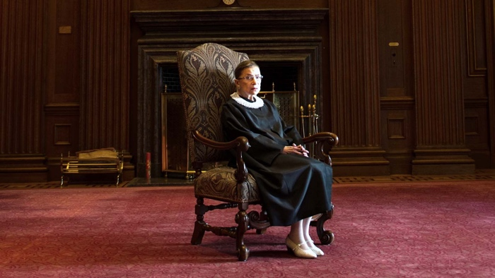 Portrait de Ruth Bader Ginsburg, en tenue de juge, fait pour le documentaire RBG.