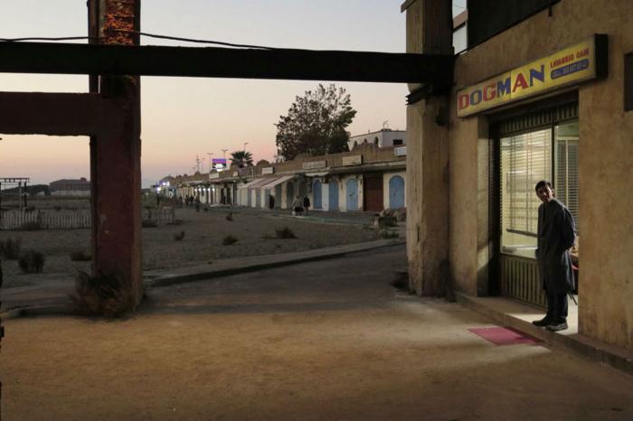 Photo tirée de Dogman de Marcello Fonte sur laquelle le héros interprété par Marcello Fonte se tient devant sa boutique.