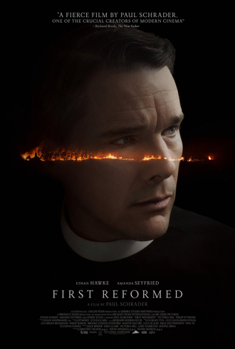Affiche du film Sur le chemin de la rédemption de Paul Schrader, sur laquelle le visage d'Ethan Hawke est séparé par une longue ligne de feu menant à une église. Le fond de l'affiche est noir.