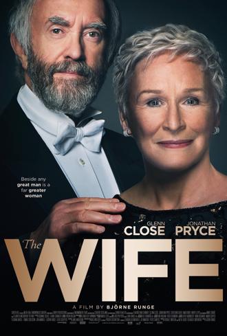 """Affiche de """"The Wife' sur laquelle Glenn Glose et Jonathan Pryce posent face à l'objectif avec un sourire crispé. Légèrement en retrait, Jonathan Pryce a sa main posé sur l'épaule de Glenn Close."""
