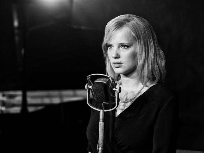 Photo tirée du film Cold War de Pawel Pawlikowski sur laquelle l'héroïne interprétée par Joanna Kulig s'apprête à chanter. La photo est en noir-et-blanc.