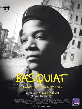 Affiche de Basquiat, Un adolescent à New York de Sara Driver, qui dévoile un portrait en noir et blanc de Jean-MIchel Basquiat, devant une rue de New York.