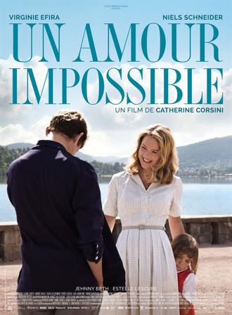 Affiche d'Un Amour Impossible de Catherine Corsini, sur laquelle Virginie Efira sourit à Niels Schneider, que l'on voit de dos. La fille de leurs personnages se réfugie derrière sa mère.