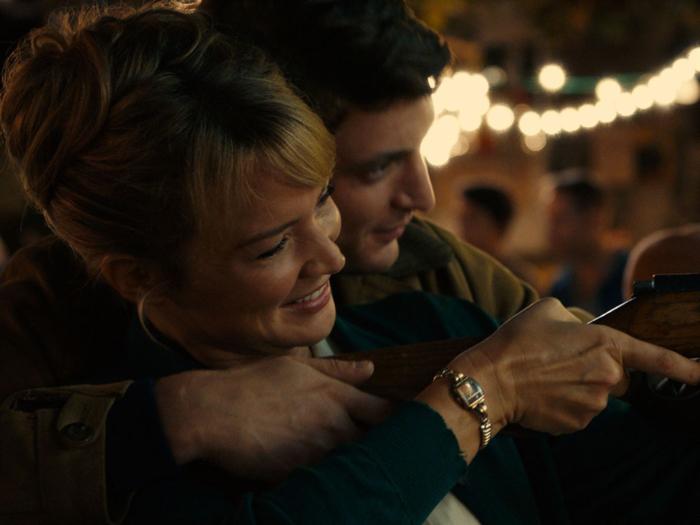 Photo tirée du film Un Amour Impossible de Catherine Corsini, sur laquelle Virginie Efira et Niels Schneider jouent ensemble à un stand de tir dans une fête foraine.