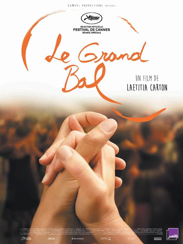 Affiche du documentaire Le Grand Bal, sur lequel deux mains se croisent. Une scène de danse remplie apparaît au second plan.