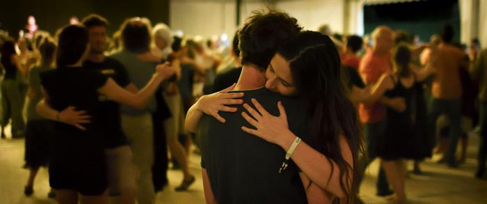 Photo tirée du documentaire Le Grand Bal, sur laquelle deux danseurs s'étreignent au cours d'une danse.