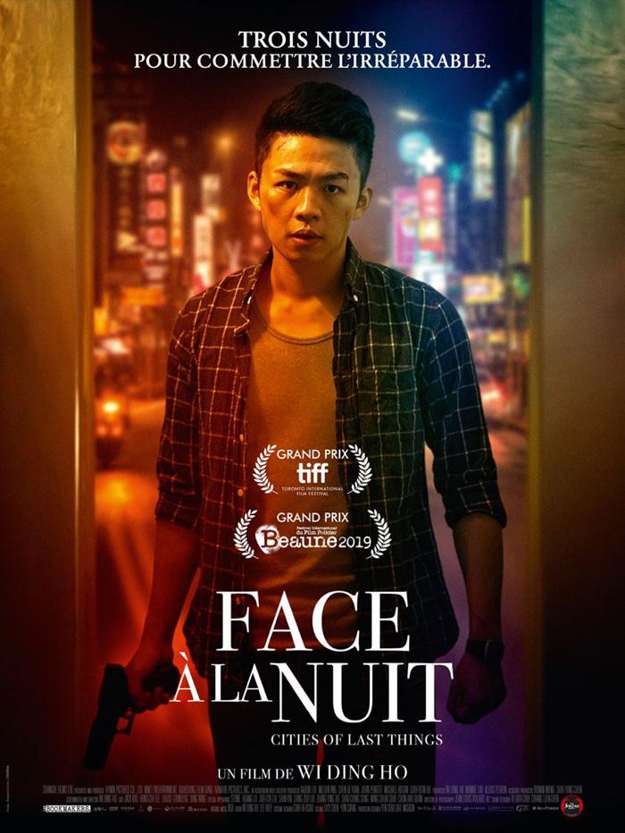 """Affiche de """"Face à la nuit"""", sur laquelle le personnage principal incarné par Lee Hong-Chi avance armé dans une ruelle de Taipei."""