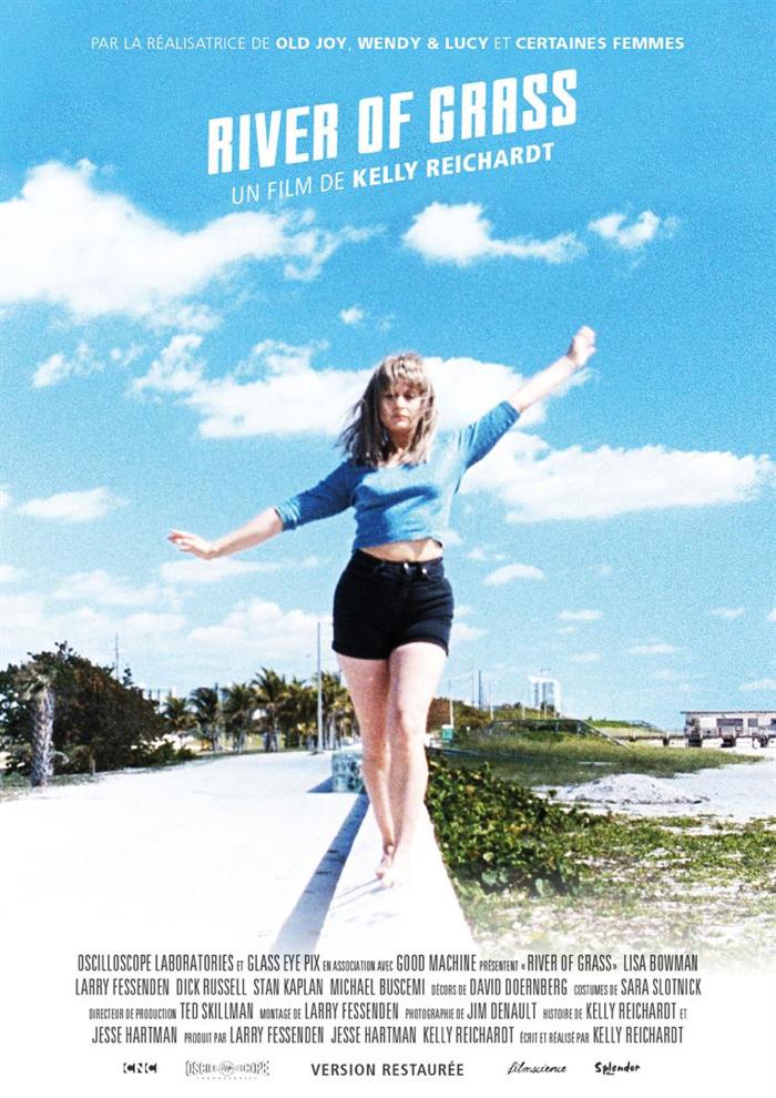 """Affiche de""""River of Grass"""" de Kelly Reichardt, sur laquelle l'héroïne incarnée par Lisa Bowman se tient en équilibre sur le rebord d'une route."""