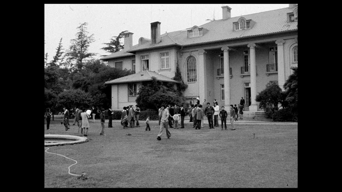 """Photo d'une image d'archive tirée du documentaire """"Santiago, Italia"""", sur laquelle on peut voir l'ambassade d'Italie accueillant des dissidents après le coup d'État militaire de 1973."""