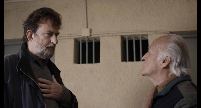 """Photo tirée du documentaire """"Santiago, Italia"""", sur laquelle Nanni Moretti échange avec un ancien militaire chilien emprisonné."""