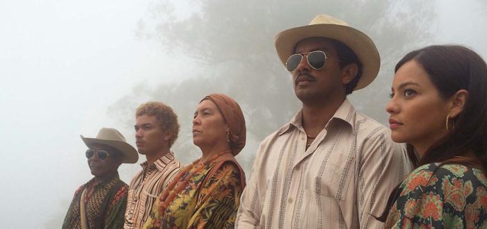 Photo tirée des Oiseaux de passage, sur laquelle la famille des personnages incarnés par José Acosta et Natalia Reyes est alignée.