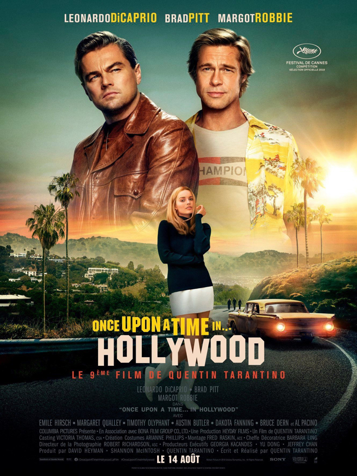Affiche de Once Upon a Time... in Hollywood, sur laquelle on découvre un montage des trois personnages principaux incarnés par Leonardo DiCaprio, Brad Pitt et Margot Robbie, avec les collines de Hollywood en fond.