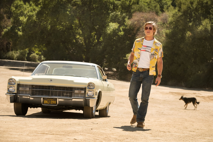 Photo de Brad Pitt devant sa Cadillac, à l'entrée d'un ranch, dans Once Upon a Time... in Hollywood.