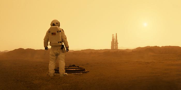 """Photo tirée du film """"Ad Astra"""", sur laquelle le personnage de Brad Pitt apparaît de dos, en tenue d'astronaute. Sur Mars, le personnage vient de sortir d'un tunnel et s'apprête à avancer vers une navette."""