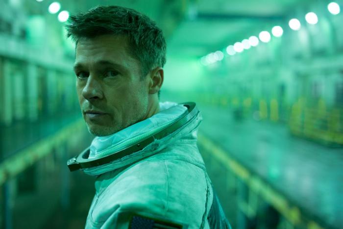 """Photo tirée du film """"Ad Astra"""", sur laquelle Brad Pitt se tient dans un long tunnel et regarde vers l'objectif, en tenue d'astronaute."""