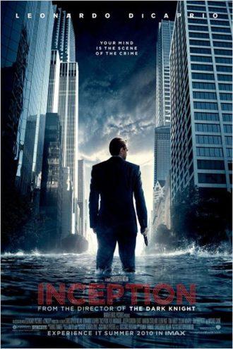 Affiche d'Inception sur laquelle Leonardo DiCaprio est de dos, une arme à la main dans une ville qui commence à être engloutie par les eaux.