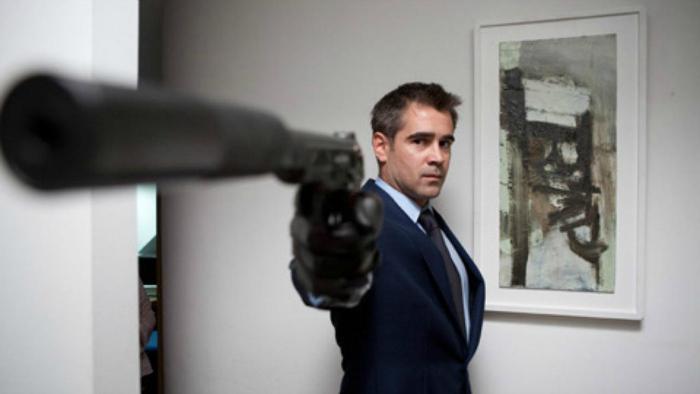 Photographie de Colin Farrell dans le film London Boulevard de William Monahan. L'acteur pointe son arme vers l'objectif et semble menacer quelqu'un.