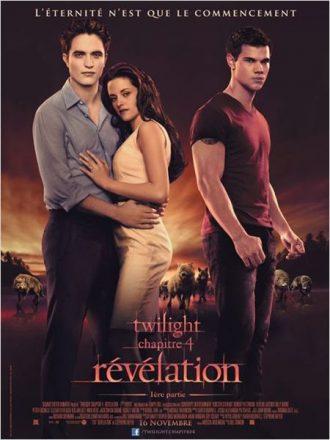 Affiche de Twilight chapitre 4 sur laquelle Robert Pattinson, Kristen Stewart et Taylor Lautner sont côte à côte devant des loups.