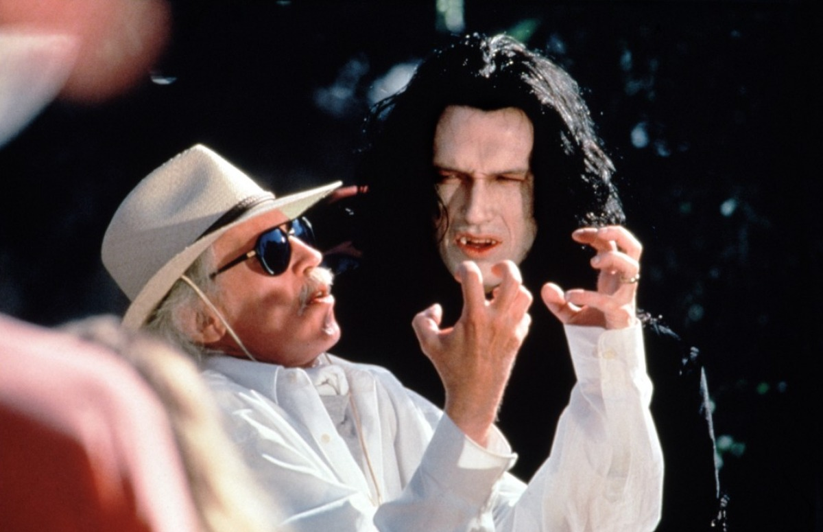 Photo de John Carpenter et Thomas Ian Griffith sur le tournage de Vampires. Le premier conseille le second.