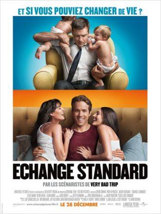 Affiche du film Echange Standard sur laquelle nous découvrons Jason Bateman et Ryan Reynolds face à l'objectif sur deux photos différentes. Le premier tient deux enfants dans ses bras alors que le deuxième est entouré de deux filles.