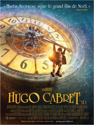 Affiche du film Hugo Cabret de Martin Scorsese sur laquelle le jeune héros est pendu à l'horloge d'une gare parisienne sous la neige.