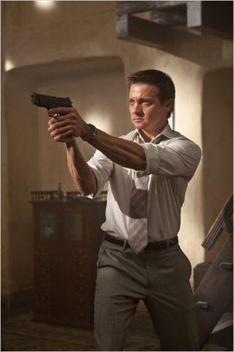 Photo de Jeremy Renner pointant une arme sur un autre personnage dans le film Mission: Impossible 4 - Protocôle Fantôme de Brad Bird.
