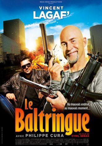 Affiche du film Le Baltringue de Cyril Sebas sur laquelle Vincent Lagaf sourit au premier plan en tenant de grosses armes. Une explosion est visible au second plan.