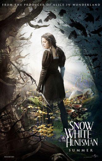 Affiche teaser de Blanche Neige et le Chasseur sur laquelle Kristen Stewart est de dos et se retourne dans une forêt enchantée.