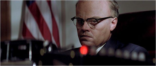Photo de Leonardo DiCaprio regardant son téléphone sonné, assis à son bureau dans le film J. Edgar de Clint Eastwood.