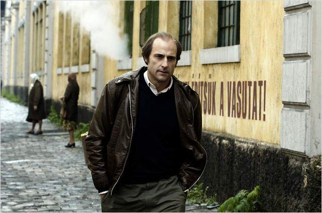 Photo de Mark Strong dans le film La Taupe avançant dans une rue.