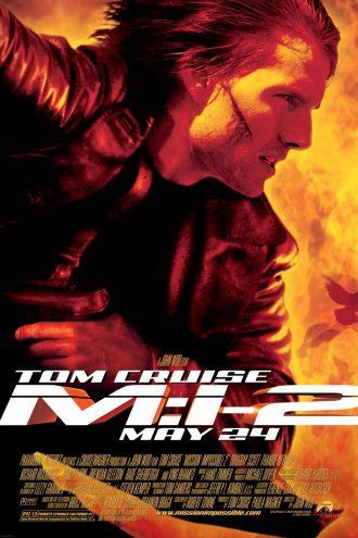 Affiche de Mission Impossible 2 sur laquelle Tom Cruise est pris de profil en action devant un fond enflammé.