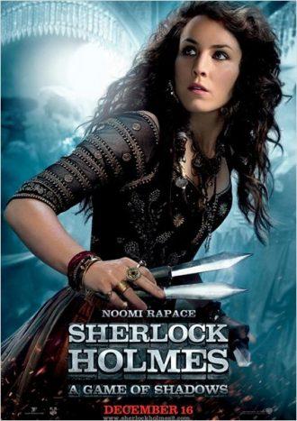 Affiche personnage de Sherlock Holmes Jeu d'ombres qui présente Noomi Rapace armé de couteaux et en action.