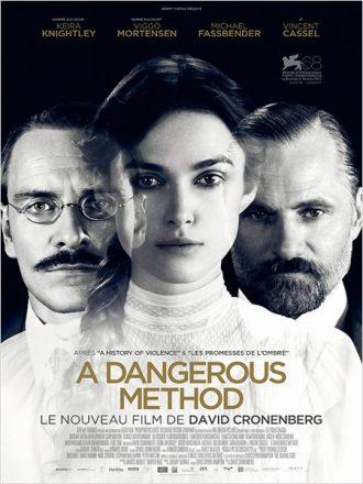 Affiche d'A Dangerous Method sur laquelle Michael Fassbender et Viggo Mortensen sont côte à côte au second plan. Keira Knightley est au centre, entre eux deux, au premier plan. Ils posent face à l'objectif. Leurs portraits sont en noir et blanc.