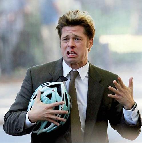 Photo de Brad Pitt blessé et criant en tenant son casque de vélo dans le film Burn After Reading des frères Coen.