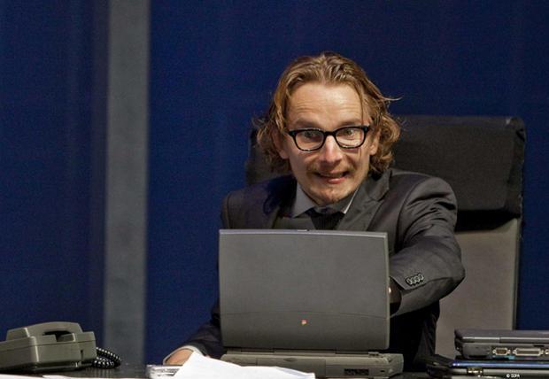Photo de Lorant Deutsch hystérique devant un ordinateur.