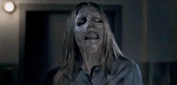Photo du fantôme avançant vers l'objectif dans le film The Ward de John Carpenter.