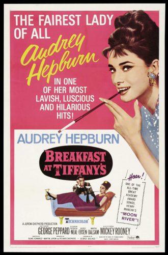 Affiche du film Diamants sur canapé sur laquelle Audrey Hepburn est dessinée avec son porte-cigarettes devant un fond rose. En bas de l'affiche, Hepburn est desinée sur un sofa avec George Peppard.