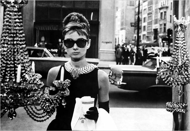 Célèbre photo d'Audrey Hepburn devant la vitrine de Tiffany dans le film Diamants sur canapé de Blake Edwards.
