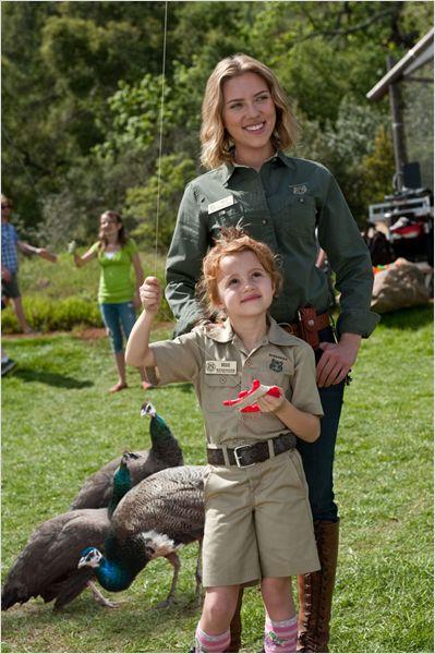 Photo de Scarlett Johannson et Maggie Elizabeth Jones s'occupant d'animaux d'un zoo dans le film Nouveau Départ de Cameron Crowe.