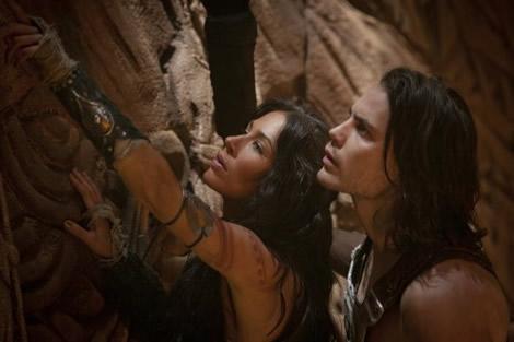 Photo de Taylor Kitsch et Lynn Collins observant un mur dans le film John Carter d'Andrew Stanton.