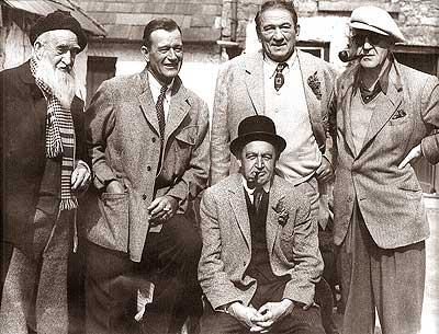 Photo de l'équipe de tournage de L'homme tranquille menée par John Ford et John Wayne posant face à l'objectif.