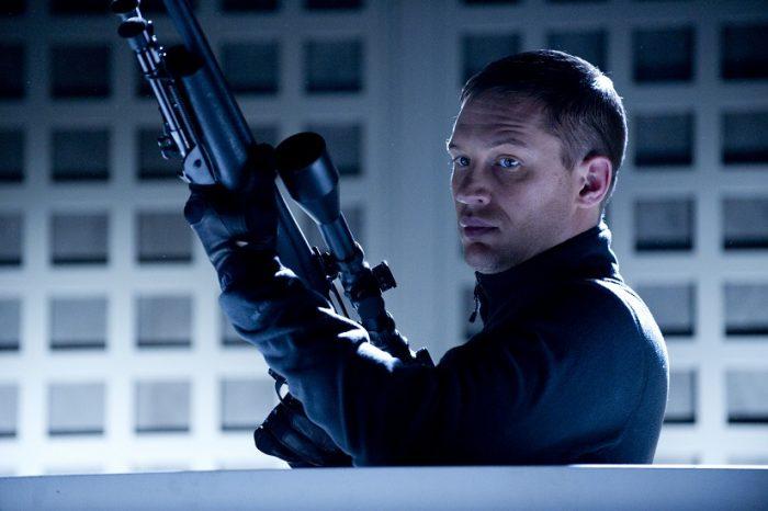 Photo de Tom Hardy tenant un fusil à lunettes dans le film Target de McG.