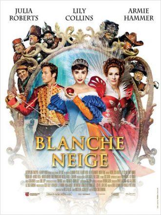 Affiche du film Blanche Neige de Tarsem Singh sur laquelle tous les personnages principaux sont réunis autour du miroir.