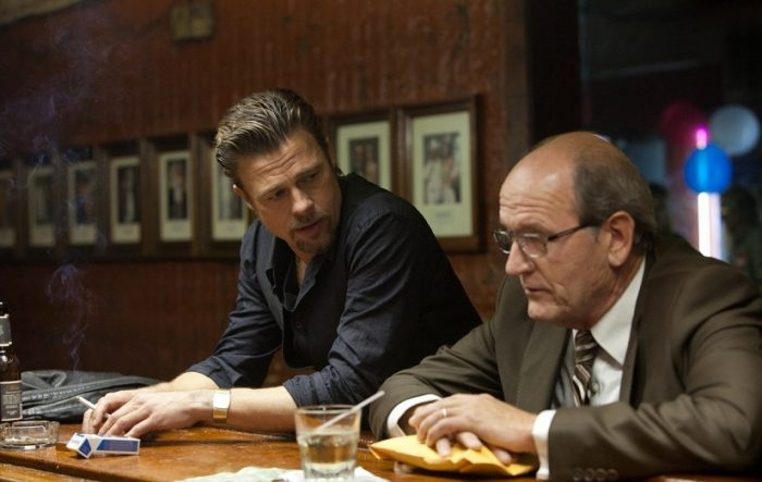 Photo de Brad Pitt et Richard Jenkins discutant au comptoir d'un bar dans le film Killing Them Softly d'Andrew Dominik.