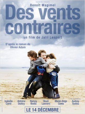 Affiche du film Des vents contraires de Jalil Lespert sur laquelle Benoit Magimel serrent ses enfants dans ses bras sur la plage.