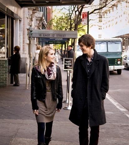 Photo d'Emma Roberts et Freddie Highmore marchant et discutant dans les rues de New York dans le film Le jour où je l'ai rencontrée.